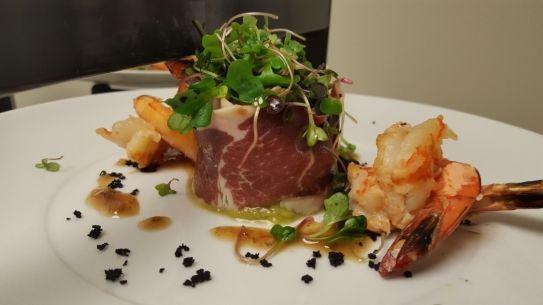 Ensalada de langostinos sobre tartare de aguacate y salmón, vinagreta de piñones y jabugo | Hosteleriasalamanca.es