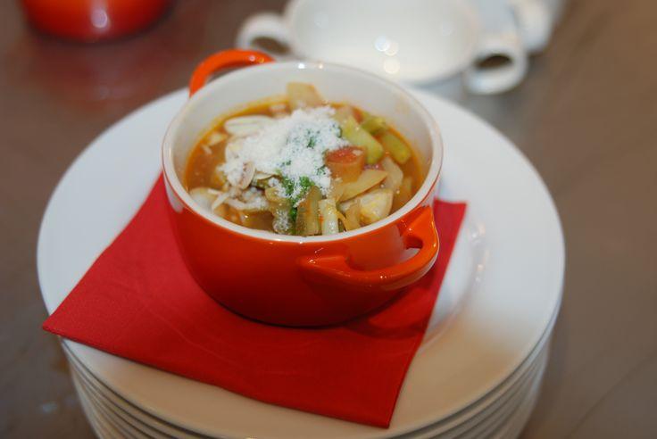 Ministrone mit frisch geriebenem Parmesan in der kleinen Suppenschale von Le Creuset