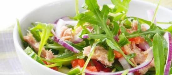 Ingrediënten (2 pers): 2x tonijn uit blik op olie, zakje rucola sla, 2 rode uien, paar zongedroogde tomaatjes op olie, spaanse peper, mango, komkommer, ansjovisfiletjes, handje groene ontpitte olij...