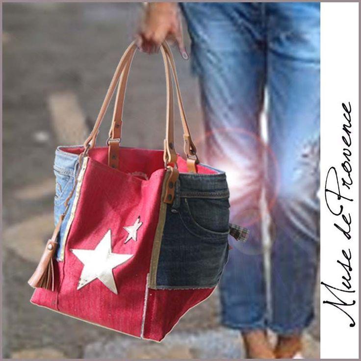 Ce petit cabas vraiment spécial en patchwork de jean recyclé et jean rouge est juste irrésistible! Une création unique et originale. EXTERIEUR – en patchwork jeans neuf recyclé de marque avec une étoile en cuir or mat et le fond en cuir brun, le milieu en jean rouge, et avec un pompon en cuir brun, les poches arrière avec paillettes.. INTERIEUR et côte réversible en jean rouge, avec 1 poche 2 anses en cuir naturel fixé aux rivets en laiton DIMENSIONS environ 25cmx25cm H28cm / Anses L42cm