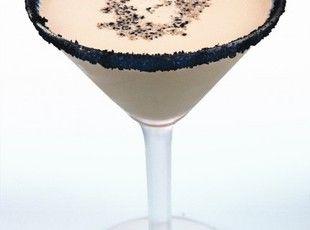 Reindeer Tracks Recipe: 2 oz Van Gogh Dutch Chocolate Vodka 1 oz Hazelnut Liqueur 1/2 oz Crème de Cacao Splash of Cream