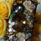 iPhone 4 Swarvski encrusted case featurs fashion and vintage jewelry, pearls, and signature Swarovski crystals. Stylish, luxe, and sparkles all over!