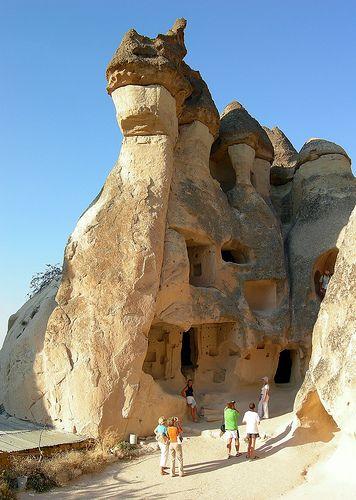 Cappadocia comprende un paisaje modelado por miles de años por las lluvias y los vientos. Pero a causa de la composición del terreno, un depósito de lava entre montañas volcánicas cuya actividad está extinta desde hace unos 2 millones de año, dieron como resultado una formación geológica única en el mundo.