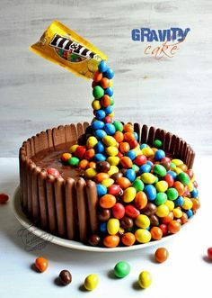 Gâteau suspendu bonbons ou gravity cake conseil : avoir une bombe de froid ( sans bombe de froid il faut le mettre plusieurs fois au frigo pour que la structure tienne)