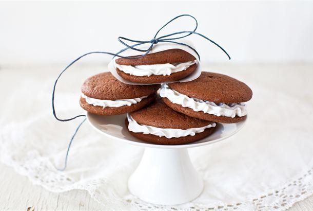 Whoopie pies ✦ Amerikkalaistyyliset isot frostingilla täytetyt whoopie pies suklaakeksit auttavat takuuvarmasti makeannälkään. Täytettä voi maustaa halutessaan amaretolla tai sitruunankuorella. Kesäinen whoopie pie saadaan kun frostingin tilalle täytteeksi laitetaan jäätelöä. http://www.valio.fi/reseptit/whoopie-pies/