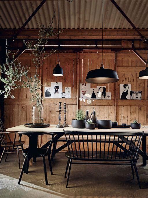 Geheel in barn-stijl: een lange tafel met genoeg zitplekken voor een grote familie of vriendenkring.
