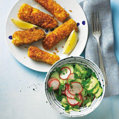 Rezept für Fischstäbchen mit Gurkensalat: etzt mal Butter bei die Fische: Fischstäbchen und Gurkensalat gehen immer! Selbstgemacht schmecken sie noch mal so gut wie gekauft - und trotzdem geht alles wunderbar schnell.