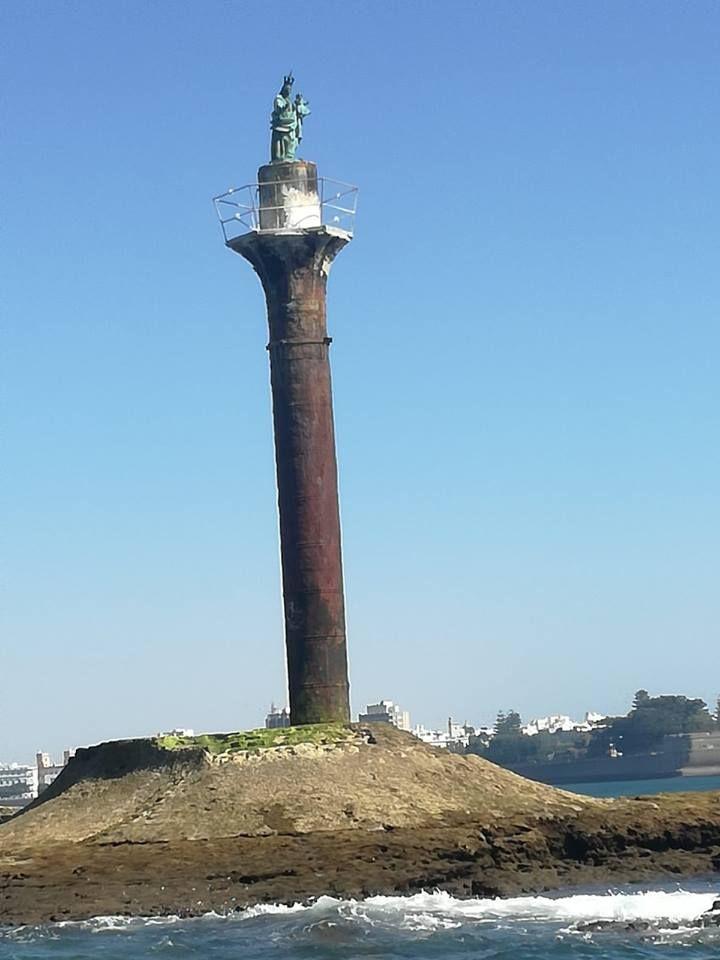 Faro De Las Puercas Coronado Por La Galeona Faro Enfrente De La Alameda Cádiz Fotos Viejas Faro