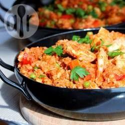 Vervang rijst voor bloemkool en je hebt een heerlijke low carb variant van paella met, in dit geval, chorizo, tomaat, tilapia en saffraan.