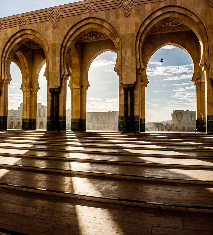 ARCO DE HERRADURA  El arco de herradura es una de las formas arquitectónicas árabes más típicas. Su belleza está presente en piezas de diseño como los espejos dorados. Añadir un accesorio como este en nuestra vivienda es un estiloso guiño decorativo a la cultura árabe. Escapada a Casablanca | Ventas en Westwing