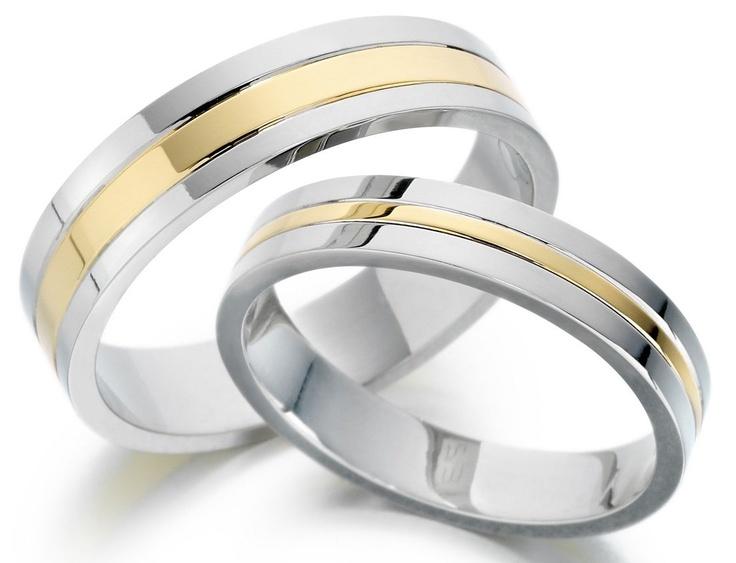 Alianzas de oro blanco con un detalle en oro.