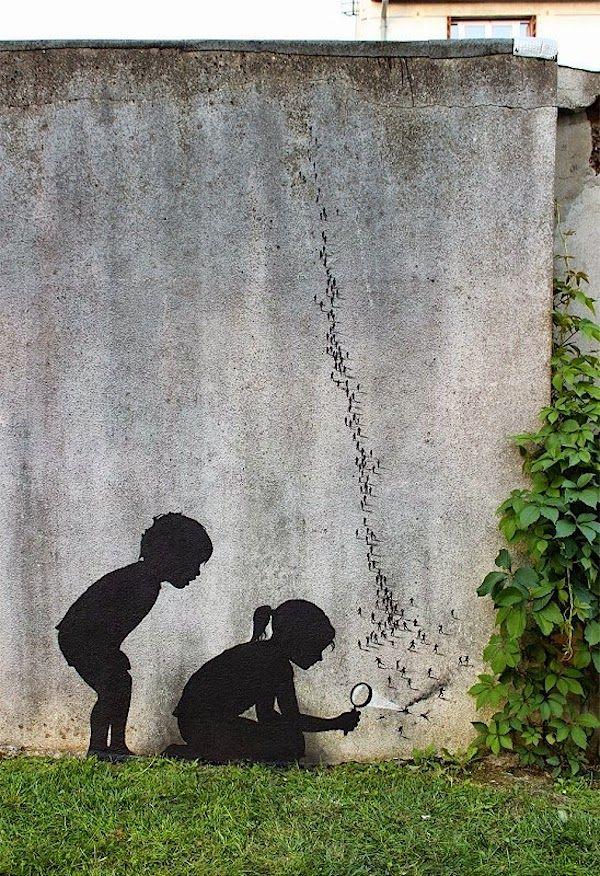 """Der spanischen Straßenkünstler Pejac hat von uns ja schon einmal ein komplettes Portrait gewidmet bekommen, jetzt gibt es Nachschub: diese 3 Werke hier wurden jüngst in Paris/Frankreich fertiggestellt, das oberste hier (Bilder 1-5) nennt sich """"Ants"""" und zeigt in seinem gewohnt minimalistischen Stil Silhouetten von Kindern, die mit einer Lupe etwas ankokeln, was wie eine Kolonie von Ameisen aussieht –... Weiterlesen"""