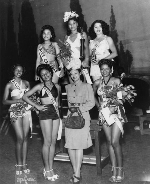 Dorothy Dandridge with beauty pageant contestants.  Los Angeles, California  1946