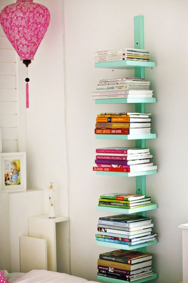 bibliotheque en colonne dans petite chambre fabriquée avec tasseau et planche bois peinte en vert d'eau