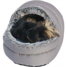 Een heerlijk gevoerd bed voor knaagdiern dat op verschillende manieren te gebruiken is. Het bedje met pluche aan de binnenzijde creëert een warm holletje voor jouw knaagdier. Ideaal voor cavia's, fretten, hamster of ratten.  Het bedje is aan de buitenkant met een vochtig doek af te nemen en kan in de machine gewassen worden op  30C.