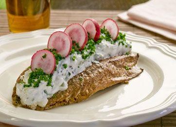 Smørrebrød med vamrøget makrel og sommersalat