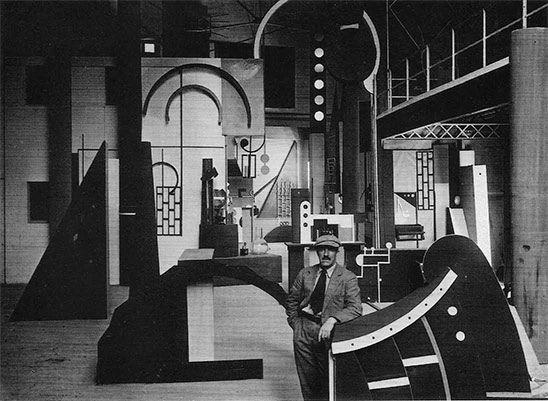Fernand Léger dans le décor (l'atelier de l'ingénieur) qu'il a concu pour le film L'Inhumaine de Marcel L'Herbier,1924.