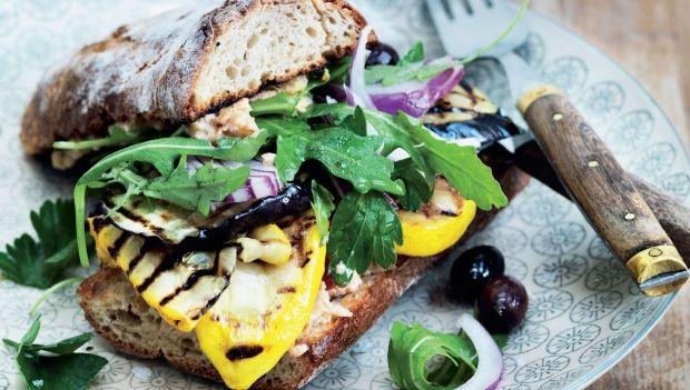 Denne uges hverdagsopskrifter byder på friske grønne livretter. Her får du opskriften på sandwich med hummus og grillede grøntsager
