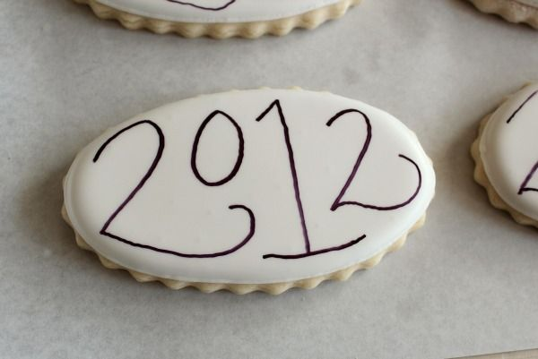 Writing on Cookies and outline for gorgeous cookies. Tips by #sugarbelles