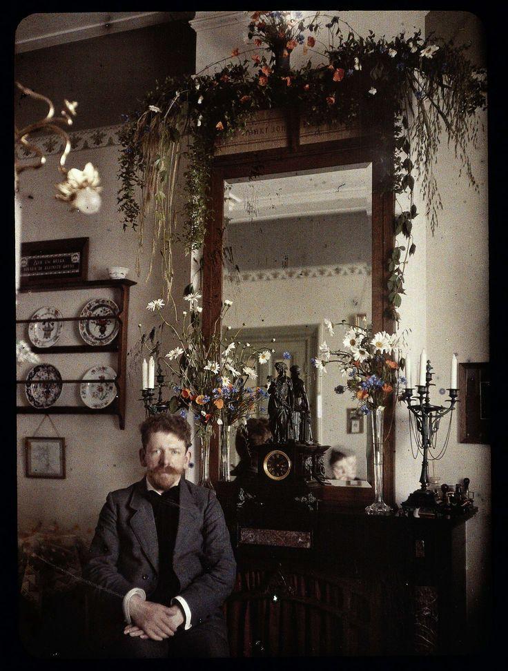 Zelfportret Jacob Olie voor een spiegel die met bloemen is versierd, Jacob Olie Jr, 1910 - 1927