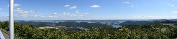 https://flic.kr/p/KGX41A | Panorama Edersee en Affoldernersee, Hochsauerland | Panorama Edersee en Affoldernersee gezien vanaf uitzichtpunt bij het Hochspeicherbecken. Panorama gemaakt met Hugin uit 6 foto's.