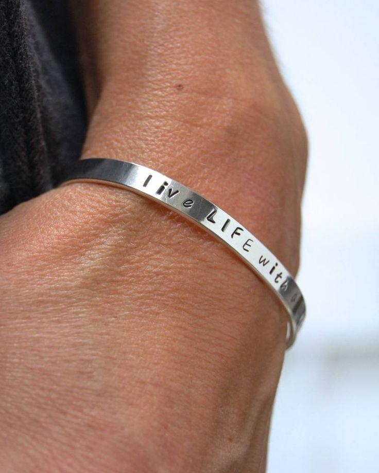 Zilveren tekst armband, laat je eigen naam, quote of datum erin stempelen!
