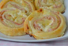 """Milujete rýchle a chutné jedlá, na ktorých si pochutí celá rodina? Talianske závitky nazývané """"girelli"""" vás potešia a ich jednoduchú chuť si užijete sami, či s priateľmi pri pohári vína. Ak ich raz skúsite pripraviť, nebudete sa ich vedieť dojesť. Budete potrebovať: 1 lístkové cesto 20 dkg šunky 50 g mäkkého syra 2 surové zemiaky soľ a korenie podľa"""
