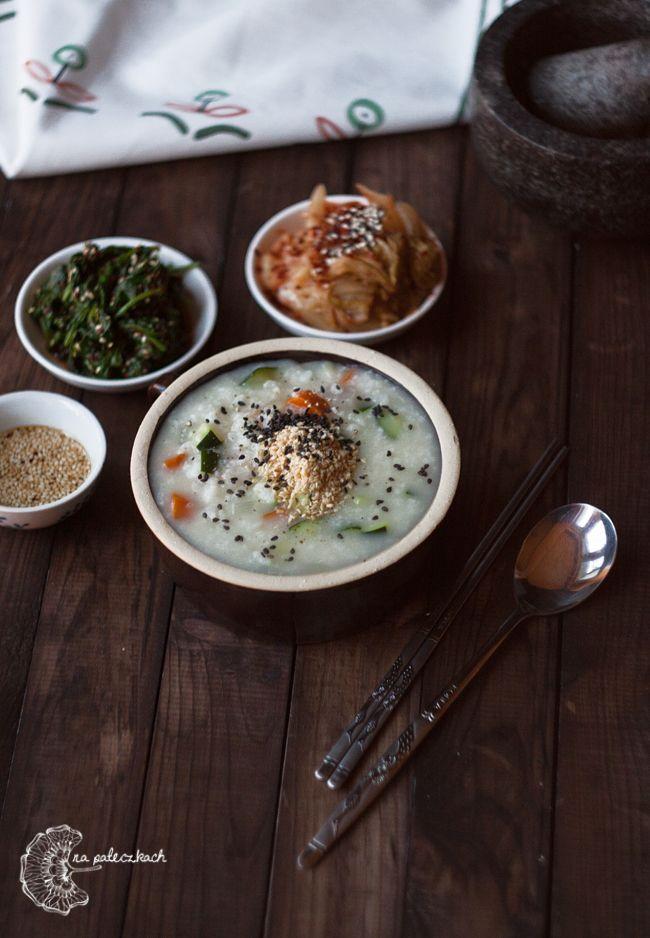 Yachae juk (야채죽) czyli owsianka ryżowa z warzywami jest daniem bardzo popularnym w Korei. Można ją zjeść w kilkunastu odmianach z różnymi dodatkami, w osobnych restauracyjnych sieciówkach. Przepis na www.napaleczkach.pl | kuchnia koreańska