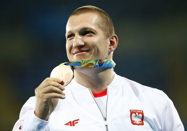 Wojciech Nowicki of Poland poses with his bronze medal on the podium of the men's Hammer Throw final of the Rio 2016 Olympic Games Athletics, Track and Field events at the Olympic Stadium in Rio de Janeiro, Brazil, 20 August 2016. Photo: EPA/YOAN VALAT