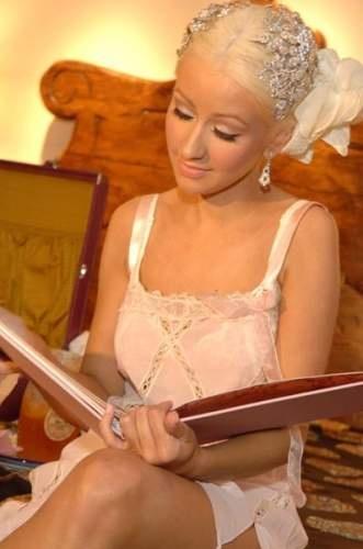 Love her head piece!!