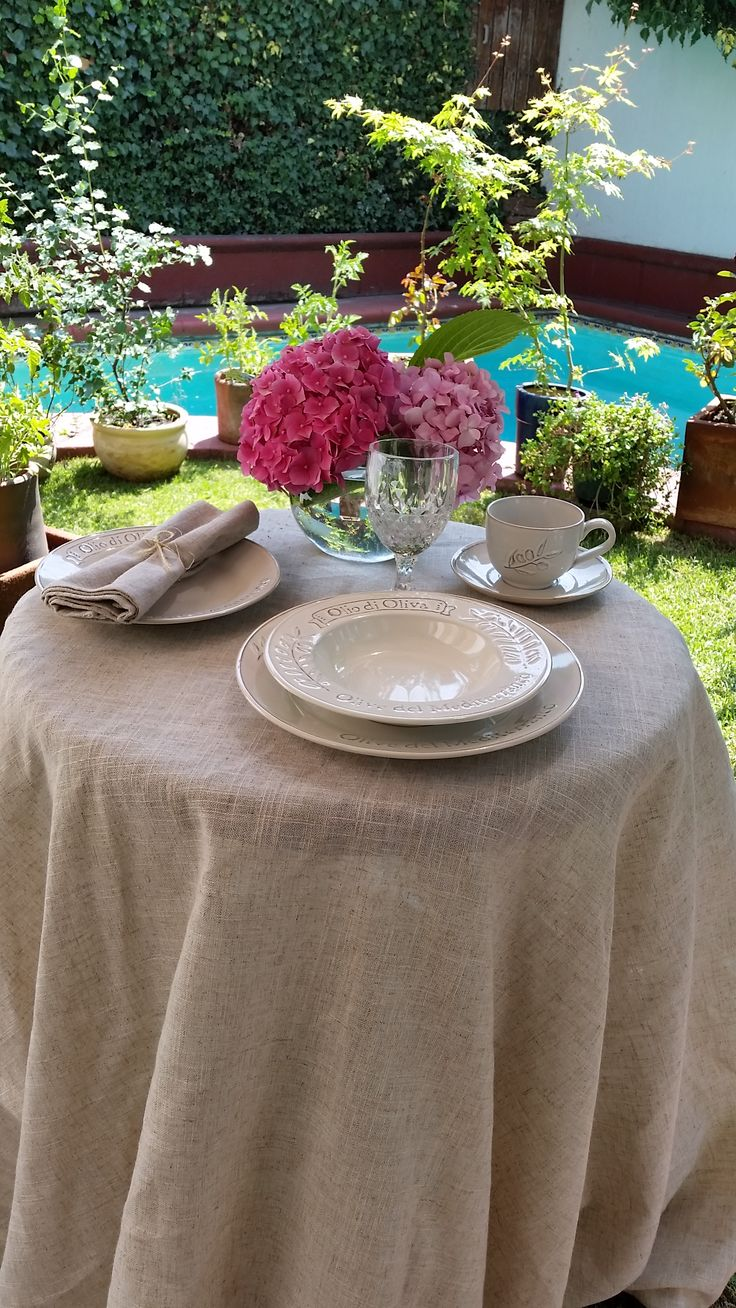 calor, flores, piscina y una bella mesa para disfrutar un genial almuerzo veraniego!