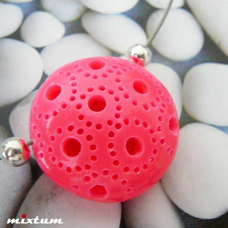 Neonový provrtávaný náhrdelník ... Minnie Autorský designový neonový náhrdelník je vyroben z polymerové hmoty fimo s provrtávaným vzorem dle vlastního návrhu, zavěšen spolu s kovovými korálky na lankové obruči s magnetickým zapínáním. Vylehčen - je tedy dutý. Pečlivě vybroušen, vyleštěn, přelakován. Velikost přívěšku - průměr 3cm. Průměr obruče 15cm. ...