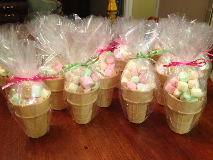 Ice cream party favors: colored marshmallows in sugar cones