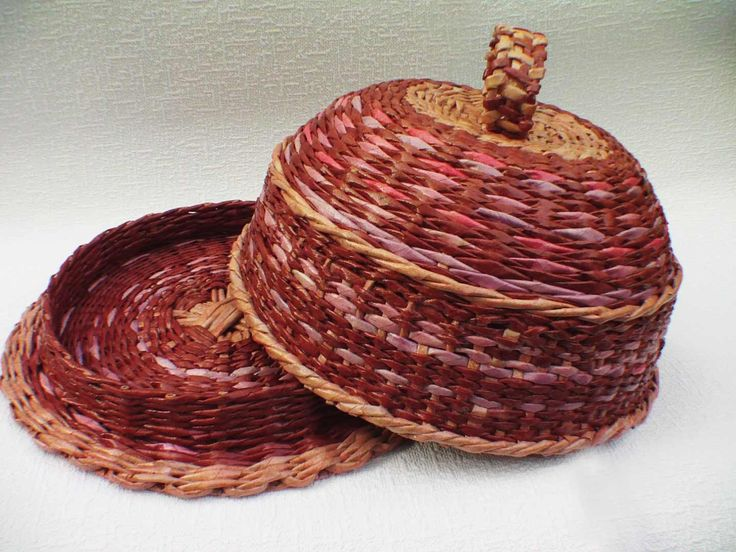 Como se teje una cesta de pan de tubitos de periodicos