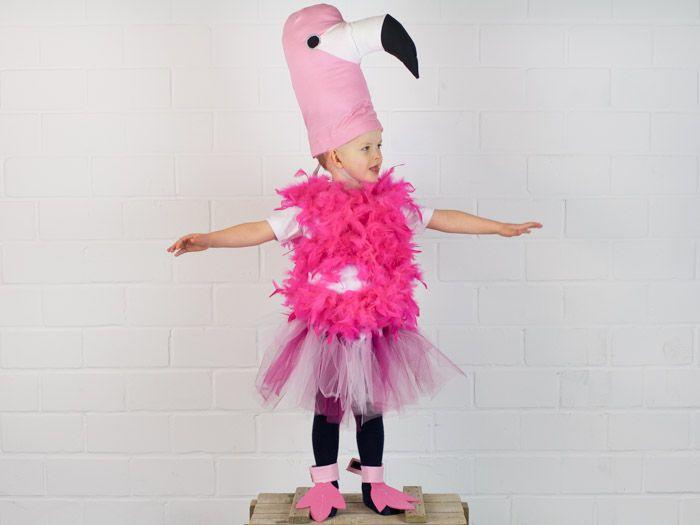Du suchst noch ein richtig ausgefallenes Kostüm? Na dann sollte Dir dieses Vögelchen aber helfen können! Nastja von DIY Eule zeigt Dir in dieser Nähanleitung mit kostenlosem Schnittmuster wie Du das lustige Flamingo Kostüm nachnähen kannst.