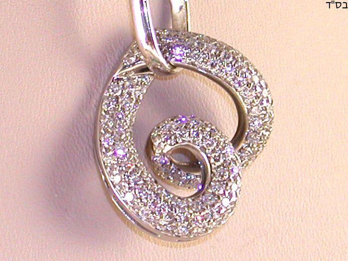 Ketting en diamant hart 2.64 ct  Goud: 18 karat white goldGewicht: 12.45 gramDiamanten: 2.64 ct kleur: G VS2 duidelijkheid (115 diamanten van ongeveer 0022 elk).Lengte van halsband: keuze van 42 45 of 50 cm.Lengte hanger: 37 cmBreedte van hanger: 25 cmAlle onze artikelen van sieraden is voorzien van een certificaat en een garantie van 5 jaar.Verzending: gratis en verzekerd wereldwijd.Neem eens een kijkje op mijn andere veiling veel op Catawiki: http://ift.tt/2shq4Nu  EUR 200.00  Meer…