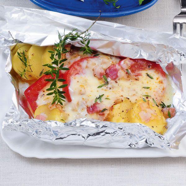 Wer kein Raclette-Gerät besitzt, kann sich mit Alu-Päckchen aus dem Ofen behelfen: Darin schmilzt würziger Raclettekäse in Gesellschaft von Kartoffel...