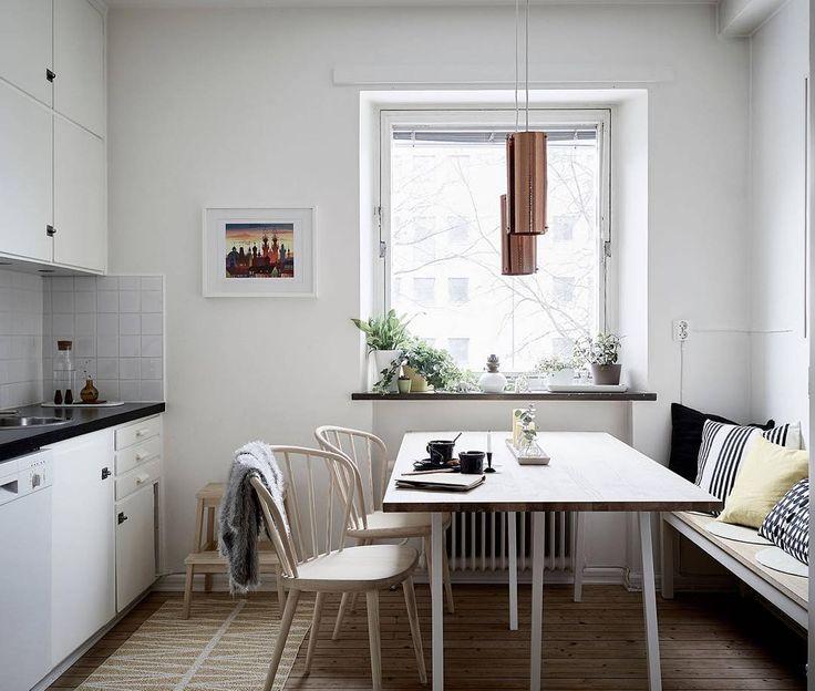 Raketgatan 1C   2 rok 57.0 kvm Välbevarad ljus och insynsskyddad 1940-talstvåa med balkong. Lägenheten är i väldigt gott skick och bevarade originaldetaljer såsom stavparkett köksskåp perspektivfönster gjutjärnsradiatorer garderober dörrar handtag och beslag ger en synnerligen charmig inramning. Mycket trevligt läge i mysiga Norra Guldheden med närhet till såväl Änggårdsbergens storslagna natur som innerstadens puls. Foto: @fotografjonasberg Stylingtips: @dideko_inredningsdesign #guldheden…