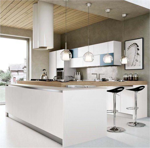 una cucina VIAREGGIO in questa ambientazione: una cucina di design e senza maniglia dove il colore bianco è al centro di tutto.