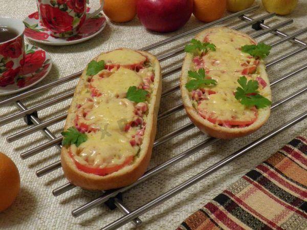 Ленивая пицца из батона в духовке https://www.go-cook.ru/lenivaya-picca-iz-batona-v-duxovke/ Ну очень ленивое блюдо, для ну очень ленивых поваров. Особенно этот рецепт полезен в тех случаях, когда у вас остались какие-то припасы, которые, казалось бы, плохо стыкуются между собой. Ведь пицца — это и есть всё съедобное в одном Ленивая пицца из батона в духовке Время подготовки: 10 минут Время приготовления: 30 минут Общее время: … Читать далее Ленивая пицца из батона в духовке