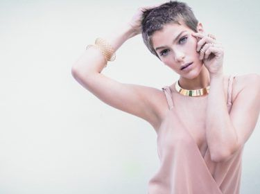 Isabella usa pulseira de ouro amarelo 18 quilates e brinco de ouro escovado Antonio Bernardo, gargantilha de ouro rosé e anel algema de ouro rosé com diamantes brancos Emar Batalha, anel, no indicador, de ouro rosé com diamantes brancos Julio Okubo, body Mixed