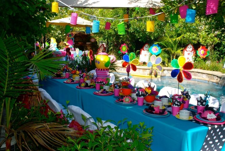 Alice in wonderland mad hatter theme party decorations for Alice in wonderland tea party decoration ideas