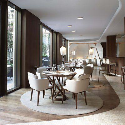 Donnant de plain pied sur le jardin intérieur, le restaurant Le Camélia au Mandarin Oriental de Paris.