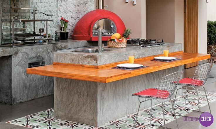 Decoração de Interiores – Cozinhas O cimento queimado da bancada e do piso são o charme do projeto, acompanhado do porcelanato estampado. A ilha central possui uma prancha de madeira acoplada, tornando o espaço adequado para refeições. Linda escolha de cores em uma atmosfera agradável. Projeto: Deize Sanche. Veja mais em nosso blog: http://decoraclick.com.br/decoracao-de-interiores-cozinhas-58/