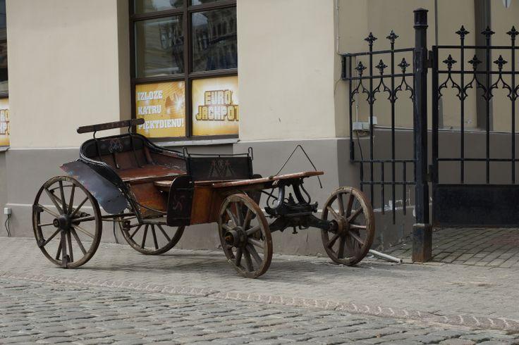 Zabytkowa bryczka na chodniku. Ryga, Łotwa. Fot. Jan Gołąb
