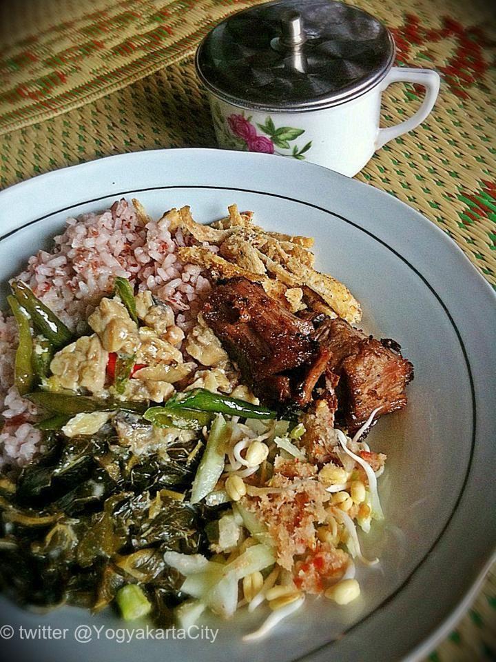 Nasi Merah, sayur lombok ijo, daging empal, khas Gunungkidul. Foto: @YogyakartaCity