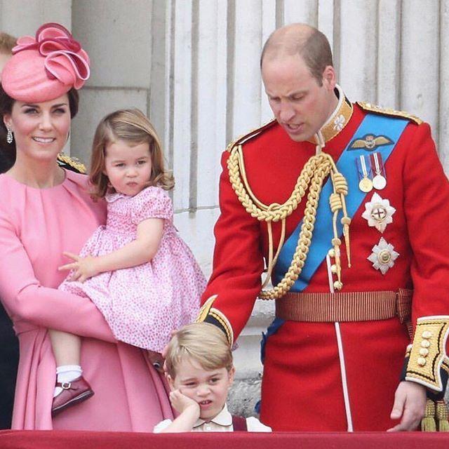 İngilizlerin geleneksel Trooping The Colour seremonisi 🌈 Cambridge Düşesi Catherine ve Prens William, çocukları Prens George ve Prenses Charlotte ile Buckingham Sarayının balkonunda! 👸🏻🤴🏻 #lovethispicture #loveit