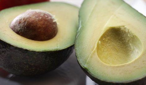 AVOCADO - Vol met vezels, vitamines en mineralen. Enorme hoeveelheid kalium (beschermt tegen hartfalen, een hoge bloeddruk en beroertes) - bevat goede vetzuren (helpt slecht cholesterol te verlagen). Biedt bescherming tegen darmkanker. Bevat  vitamine A (houdt huid, haar en botten gezond en verhoogt het immuunsysteem). Vitamines B1, B2 en B6 verhogen de concentratie - helpt bij depressie - houdt zenuwen in bedwang bij spannende situaties en vermindert klachten van PMS.