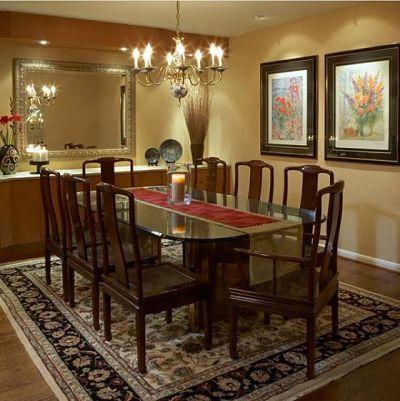 Hãy kết hợp những chiếc ghế tựa cổ điển của bạn với chiếc bàn ăn bề mặt kính và chân đồng này để hoàn thiện một kết cấu hoàn hảo cho không gian.