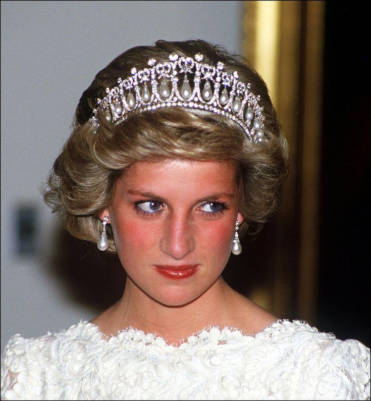 Diana, prinses van Wales was de eerste echtgenote van de Britse kroonprins Charles en de moeder van de prinsen William en Harry. #supervrouw #princessdiana